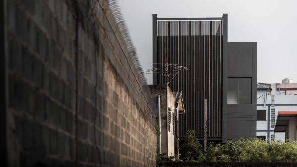 Căn nhà độc đáo bởi tông màu đen xám đón sáng tự nhiên
